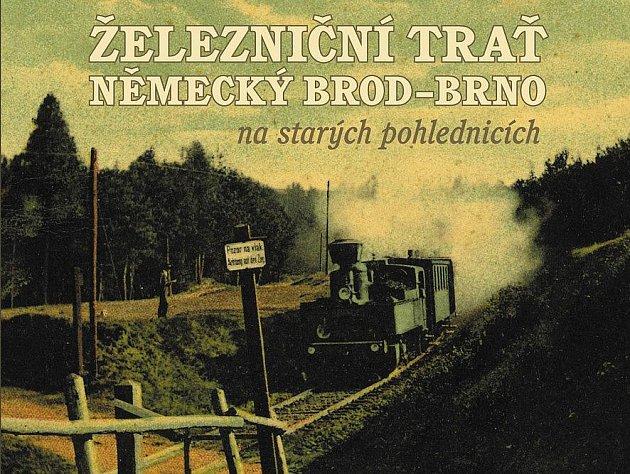 """Záběr s názvem """"Přibyslav - partie u Hesova"""" zobrazuje tehdy ještě ani závorami nechráněné křížení kolejí a polní cesty. Kolorovaná pohlednice vyšla přesně před 100 lety nákladem Bedřicha Řezníčka a nyní se ocitla na obálce knihy."""