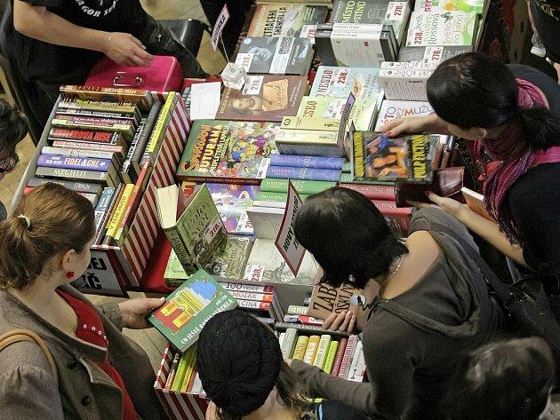 Knihy mohou lidé přinést na knižní veletrh.