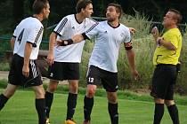 Brodský šéf kabiny Radek Háněl (v bílém vpravo) zavelel na hřišti v derby proti Ledči nad Sázavou k obratu, když se podílel na všech čtyřech gólech Slovanu.