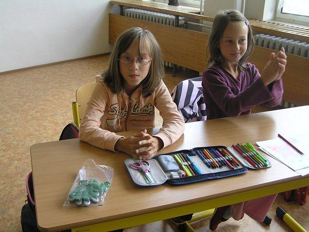 Žačka třetího ročníku základní školy v Habrech Radka Myslivcová (vlevo) je neslyšící. Její handicap by však na ní nikdo nepoznal, odmalička navštěvuje běžná školská zařízení jako ostatní děti.