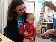 Malý Daneček ve Středisku rané péče při havlíčkobrodské Charitě trénuje i pozornost a soustředění.