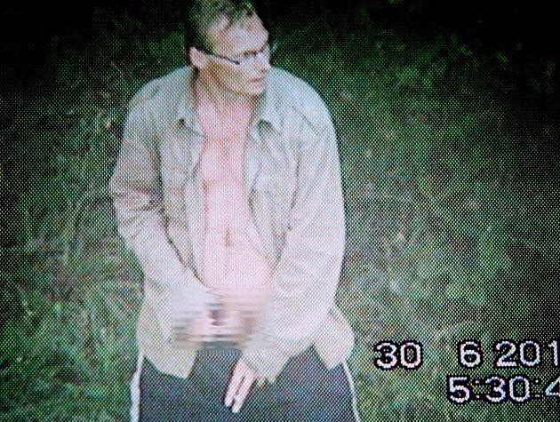Podle sexuoložky Želmíry Herrové je muž, který na Vysočině obtěžuje ženy, zřejmě agresivním jedincem, protože se na ženy i dobýval, nikoliv jen ukazoval na veřejnosti jako muž na snímku, zachycený bezpečnostní kamerou. Ilustrační foto.
