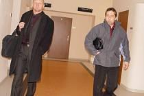 Recidivista měl být informátorem, tvrdil bývalý policista Antonín Pokorný. Soud mu ale neuvěřil. Od soudu Pokorný (vpravo) odcházel s podmínkou.