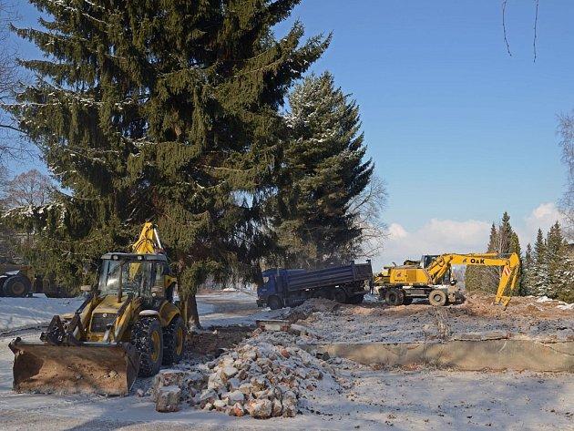 Finále. Těžká technika společnosti Chládek a Tintěra Havlíčkův Brod již demoliční práce v kasárnách ukončuje.