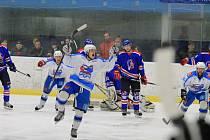 Třetí finále v řadě si v Krajské hokejové lize zahrají hokejisté Světlé nad Sázavou (v bílém), kteří v semifinále vyřadili Litomyšl 3:2 na zápasy a o přeborníka Pardubického kraje vyzvou Moravskou Třebovou.