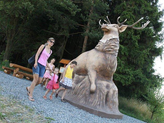Michal Olšiak, čtyřiatřicetiletý umělec ze Žďáru nad Sázavou, již dokončil sochu jelena u Slavětína, kterou si u něj objednali zastupitelé obce.