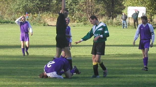 V zápasech I.A třídy se hraje naplno. Mnohdy se rozdávají žluté a někdy i červené karty za nedovolené zákroky.