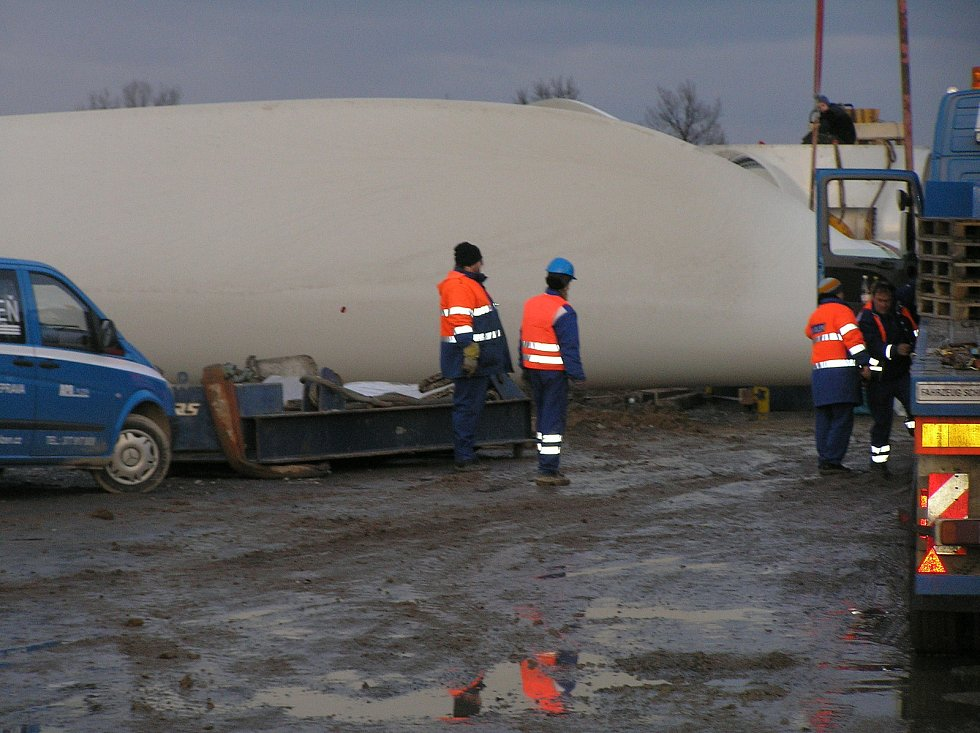 Tak to vypadalo, když se v obci Kámen v roce 2007 stavěla větrná elektrárna