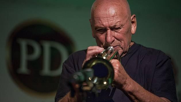Slovenský rodák Laco Dézci se v Tančírně Panského domu představil i se svou kapelou. Po vystoupení si pak ochotně popovídal i s fanoušky.