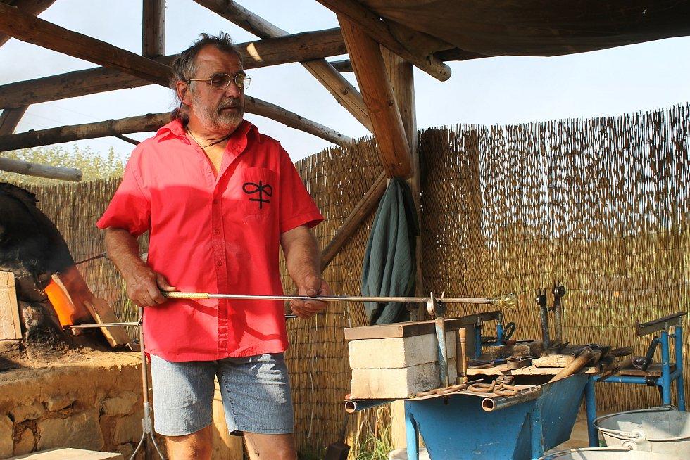 Foukání skla se letos opět ujal mistr sklář František Novák z Dobronína, který se výrobou historického skla léta zabývá.