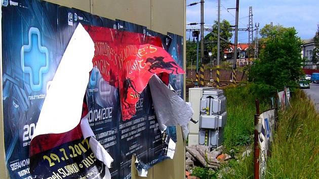 Stavební buňka polepená a částečně už i ve větru vlajícími a potrhanými plakáty nedělá dobrý dojem na návštěvníky města.