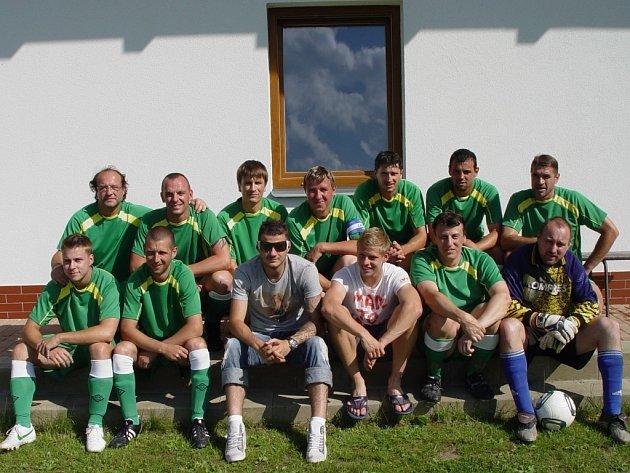 Šestadvacetiletý český reprezentant Daniel Pudil (v dolní řadě třetí zleva), který na poslední chvíli vypadl z nominace na Euro 2012, a hráč italského Udine, Matěj Vydra (v dolní řadě čtvrtý zleva), zavítali na poslední fotbalový zápas sezony do Vilémova.