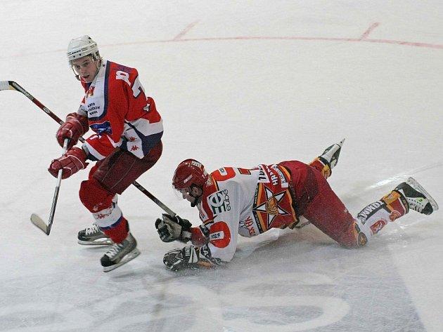 Útočník Havlíčkova Brodu Jakub Stromko (vlevo) uniká hradeckému obránci Zdeňku Toužimskému v sobotním zápase první hokejové ligy. Rebelové se na domácím ledě radovali z vítězství 3:2 po samostatných nájezdech.