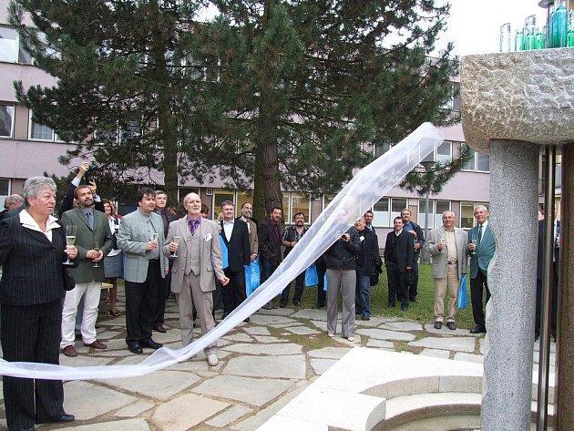 Slavnostního odhalení nové žulové fontány se skleněnými prvky v areálu světelské akademie se ujala radní kraje Vysočina Marie Kružíková (vlevo).