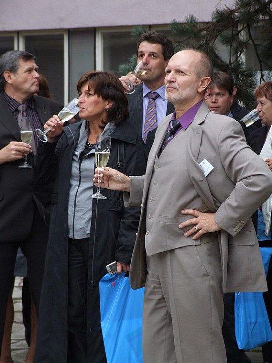 Novou kašnu obdivuje i ředitel světelské Uměleckoprůmyslové akademie Jindřich Vodička.