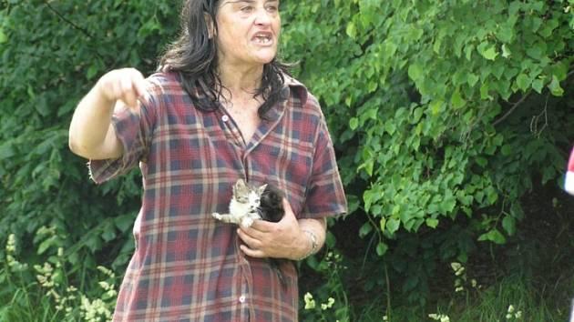 Již loni se veterináři pokusili kočky rodině odebrat. Nakonec Kaprálová slíbila že počty koček v maringotce sníží.