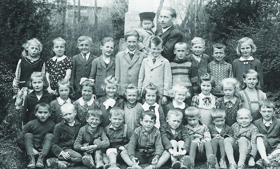 Učitel marhan u pomníku. Rok 1940.