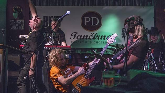 Kapela Vítkovo kvarteto vytvořila v Tančírně Panského domu skvělou atmosféru.