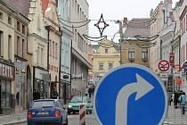Nejen na Havlíčkově náměstí, ale ani v Dolní ulici si řidiči s novým dopravním značením velké starosti nedělali. Šofér modré fabie je toho jasným důkazem.