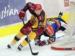 Jihlavští hokejisté (ve žlutém) hned na úvod soutěže dokázali, že hodlají své vysoké ambice naplnit. Na půdě silného českobudějovického Motoru získali první tři body v sezoně.