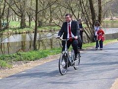 """Mezi prvními, kdo při slavnostním otevření v dubnu 2014 na cyklostezku """"vyrazil"""", byl i starosta města Petr Vaněk."""