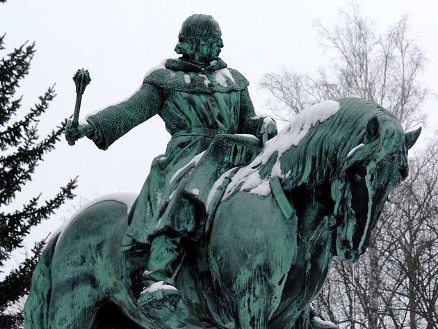 Jan Žižka v zámeckém parku v Přibyslavi na koni, jehož model si sochař Kafka našel v Tlumačově.