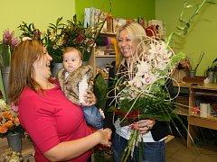 Majitelka květinového studia Florist's Chotěboř, Dana Krpálková (vpravo), předává kytici vylosované výherkyni, která pro její obchod hlasovala. Tou se stala maminka na mateřské dovolené, Lenka Pleskačová z Počátek u Chotěboře.
