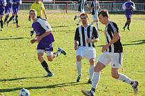 Ledečští fotbalisté (v pruhovaném) pronásledují svého soka v boji o čelo tabulky. Po vysoké výhře Dobronína, Ledeč odpověděla výhrou v derby s Havlíčkovou Borovou.