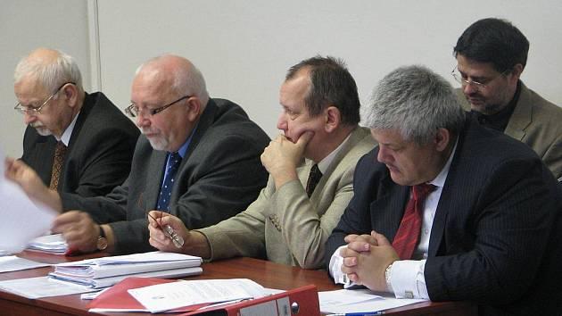 Bývalý starosta Havlíčkova Brodu Jaroslav Kruntorád (vpravo vzadu) ve středu u Okresního soudu v Pardubicích poslouchal společně s právními zástupci obžalovaných výpovědi svědků. Ti před soudem vypovídali především o veřejných zakázkách.