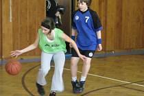 Celorepubliková soutěž vbasketbale Nestlé Cup se pomalu rozjíždí. Mezi dívkami z 5. až 7. třídy vyhrála s přehledem brodská ZŠ Wolkerova (v modrém Petra Duchanová) před domácím ZŠ Šlapanov a třetí ZŠ Láneckou ze Světlé nad Sázavou.