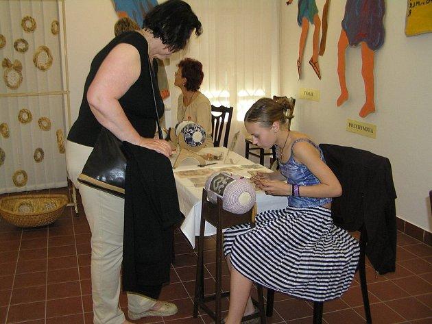 To tak umět. Snad nejvíc obdivovatelů měly hned zpočátku mezi návštěvníky havlíčkobrodské Galerie výtvarného umění krajkářské dovednosti matky a dcery Trávníčkových.