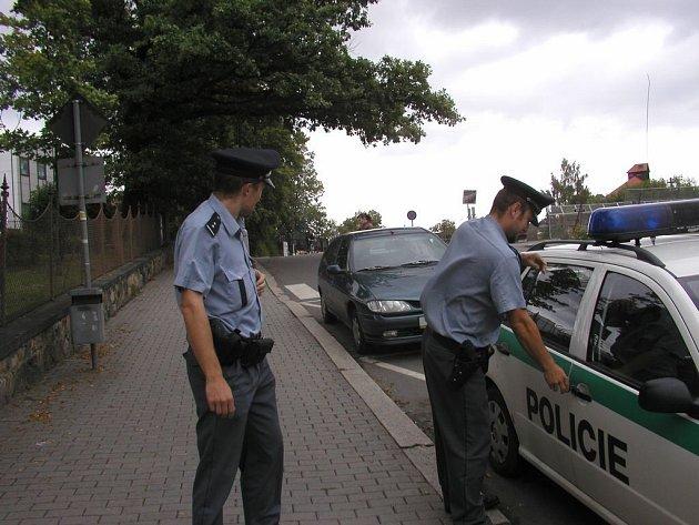 Čtyřicet nebo patnáct stupňů. Policisté si nevyberou – tradiční uniformy s dlouhými kalhotami musí mít na sobě stále.