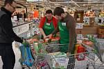 Zákazníci kamenných obchodů mohou do Sbírky potravin přispět v sobotu 21. listopadu.