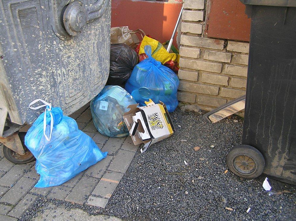 Od dubna se popelnice vyvážejí v Brodě jednou za čtrnáct dní, ale lidé si na to zvykají těžko. Kolem popelnic se hromadí odpadky.
