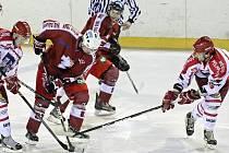 Hokejistům Pelhřimova (ve světlém) ani Žďáru nad Sázavou se v posledních zápasech výsledkově nedaří. Ve středu schytali na ledech soupeřů nepříjemné příděly.