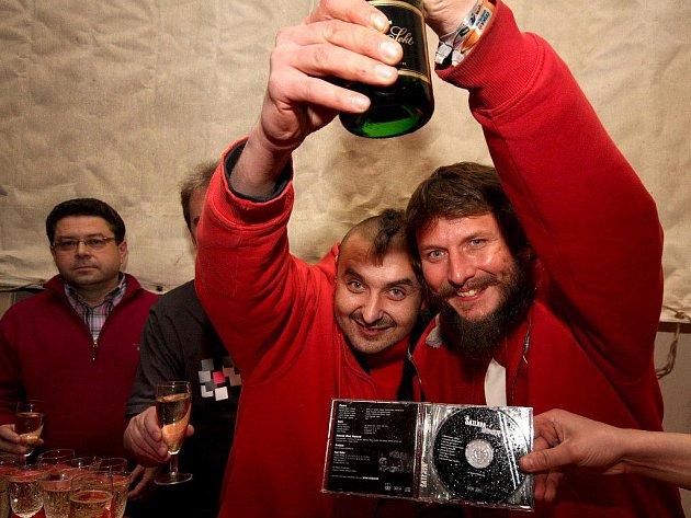 Zcela zaplněná sokolovna v Přibyslavi byla v sobotu pozdě večer svědkem křtu nového CD rockové skupiny Šatlava.