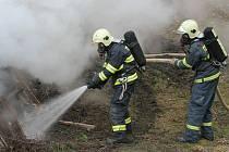 Hasiči udělali službu technickým službám a ony jim. Haldy větví ořezané z městské zeleně po opětovném zapálení lehly popelem. Město se jich už nemusí zbavovat jinak.