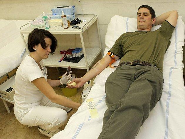 Pravidelně dvakrát do týdne  přicházejí do transfuzního oddělení havlíčkobrodské nemocnice dobrovolní dárci krve.  Někteří za sebou mají už několik desítek odběrů. Nemocnice jich v současné době registruje více než tři tisícovky.