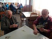 Na snímku vlevo nejstarší hráč turnaje Antonín Bártl a Jan Venc.