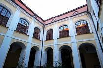 Dobrzenští sídlí v Chotěboři a postupně opravují rodný zámeček.