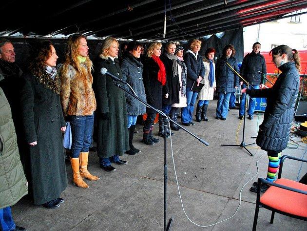 Nejen koledy, ale i další vánoční hudba a písně bylo slyšet v sobotním dopoledni v prostoru havlíčkobrodského Havlíčkova náměstí. Lidé, kteří se zde ve velkén počtu zastavili, určitě nelitovali. Na snímku jeden z účinkujících, pěvecký sbor Jasoň.