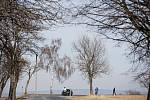 Na Brodsku museli hygienici obec Kynice, kde hrozilo velké rozšíření nákazy, 16. března zcela uzavřít. Na dodržování ochranných opatření dohlíželi i policisté.