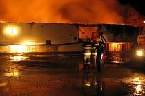 Obrovský požár zachvátil sklad v Ronově nad Sázavou. Asi deset hasičských jednotek se až do půlnoci snažilo oheň uhasit.