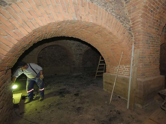 Už při opravě Havlíčkova náměstí našli dělníci nejednu historickou památku, za všechny jmenujme například část středověkého dřevěného vodovodního potrubí. Teď  objevili dosud neznámé části klenutého radničního sklepení.