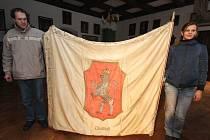 Půldruhého století starý prapor Doubravanu má na jedné straně vyšitý znak města Chotěboře, kterým je dvouocasý lev.