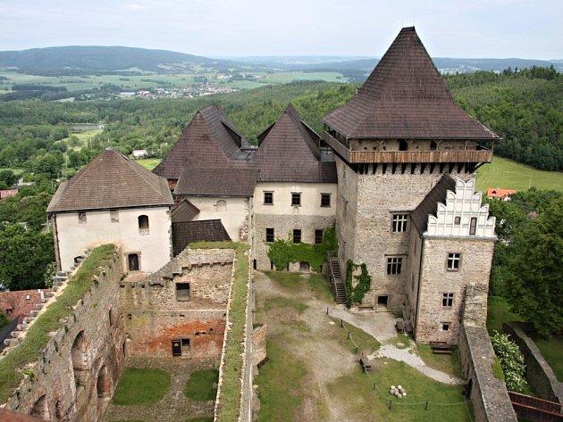 Skoro rok patřilo k dominantě lipnického hradu lešení. Pohledem do kraje se tak mohli kochat jen dělníci, kteří na zabezpečení věže pracovali. Od 1. července to už ale neplatí. Velká věž je znovu přístupná turistům.