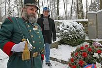 Osmdesát pět let uplynulo včera od úmrtí Jaroslava Haška. Pietní akt na lipnickém hřbitůvku byl ale opravdu rychlý – úbočí totiž bičoval nelítostný mrazivý vítr se sněhem.