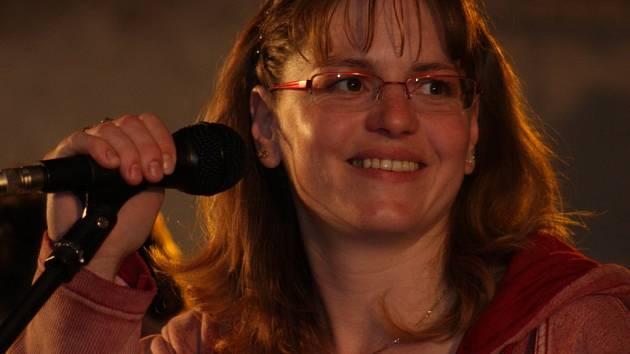 Doubravka Prokopová, zdravotní sestra chirurgického oddělení Nemocnice Havlíčkův Brod, je ženskou sólistkou hudební skupiny Nedbalej plán.