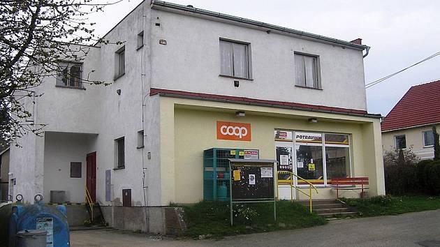 """Od začátku prosince loňského roku je prodejna v budově, kterou postavili v minulosti místní obyvatelé v takzvané akci """"Zet"""" opět v provozu, v pronájmu ji má soukromník z Přibyslavi."""