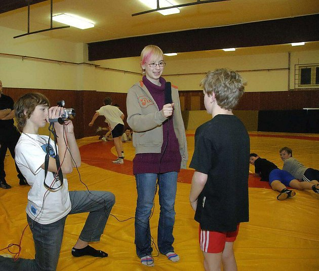 Novináři versus zápasníci – svěřenci trenéra Miroslava Vargy byli pod palbou soupeře i zvídavých otázek mladých novinářů.